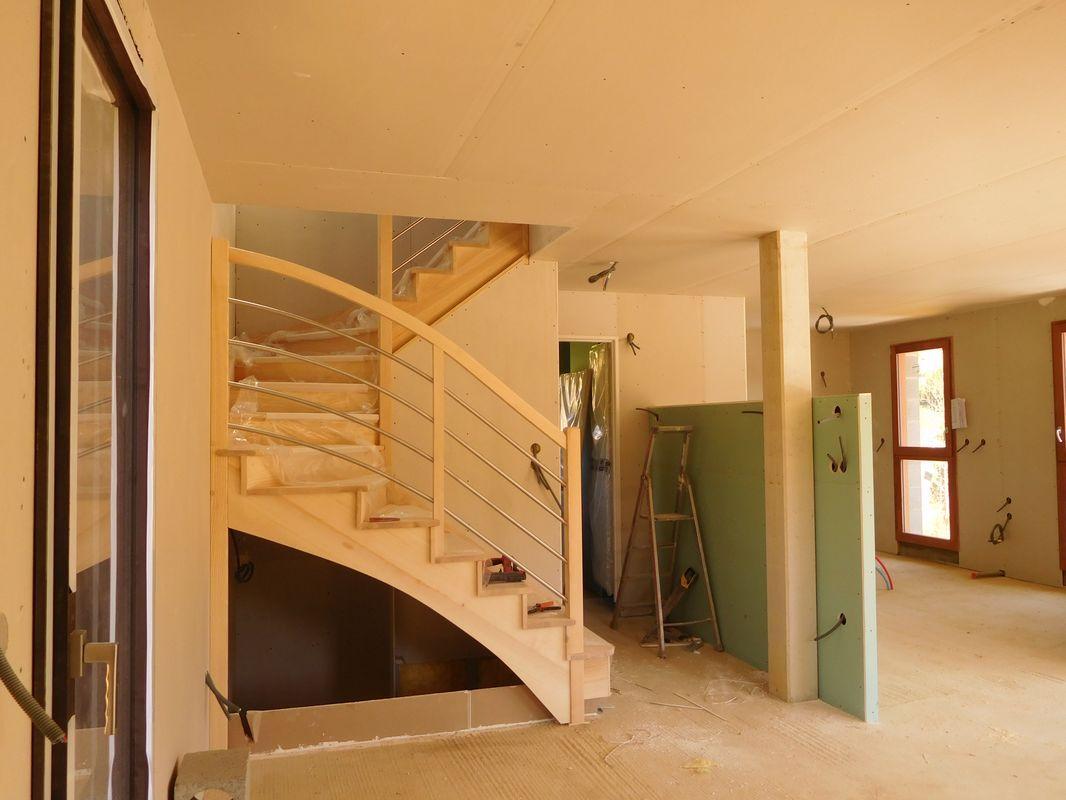 Escalier frêne du RDJ à l'étage. <br /> Placo en cours.
