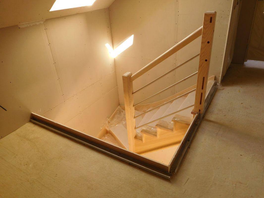 Escalier frêne du RDJ à l'étage. <br /> Les balustrades arriveront plus tard.
