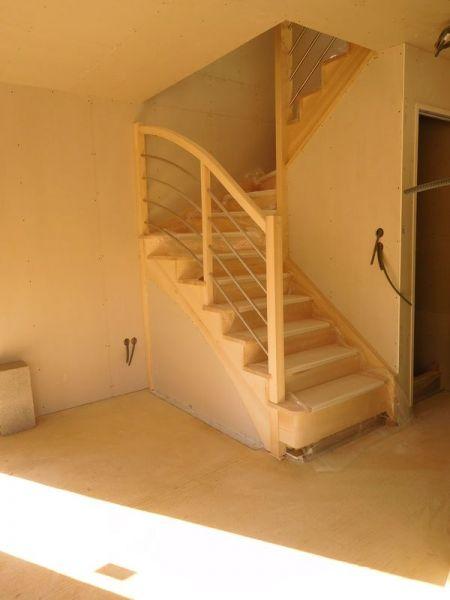 Escalier frêne du RDJ à l'étage. <br /> Placo fini.