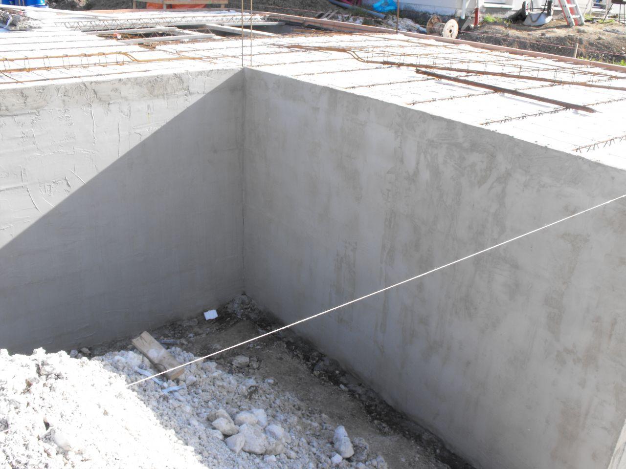 Enduits des parpaings du mur sanitaire