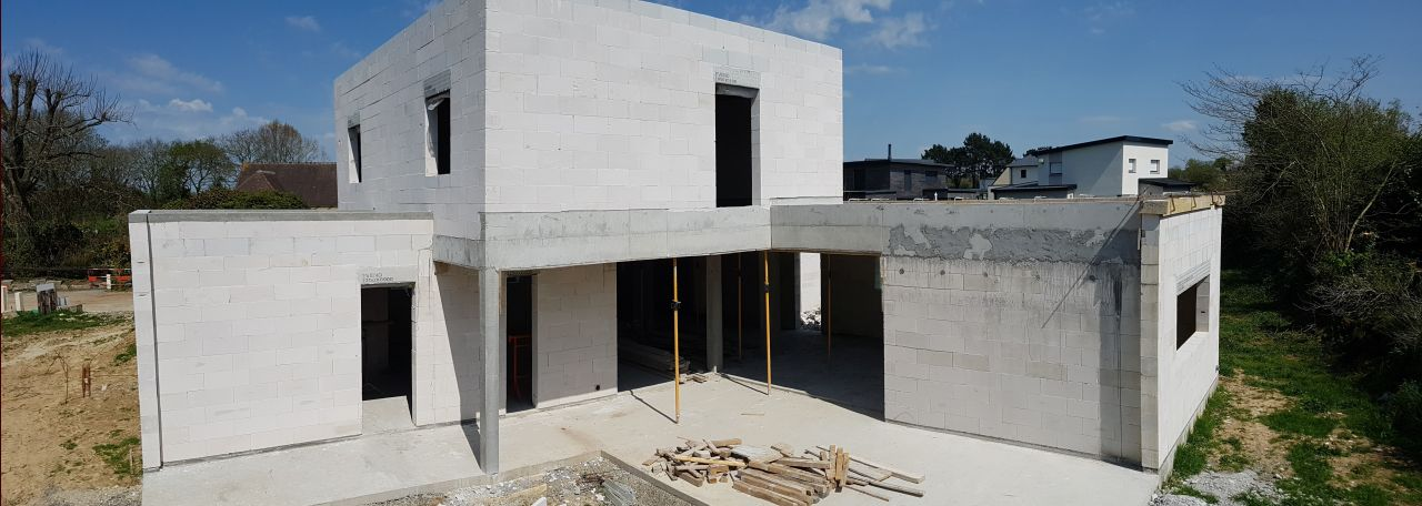 Une vue de la façade sud-ouest, les murs sont terminés