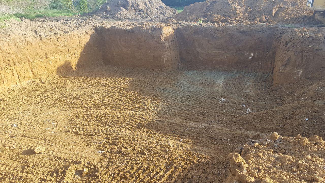Le terrassier a terminé le trou <br /> Un très très très gros tas de terre