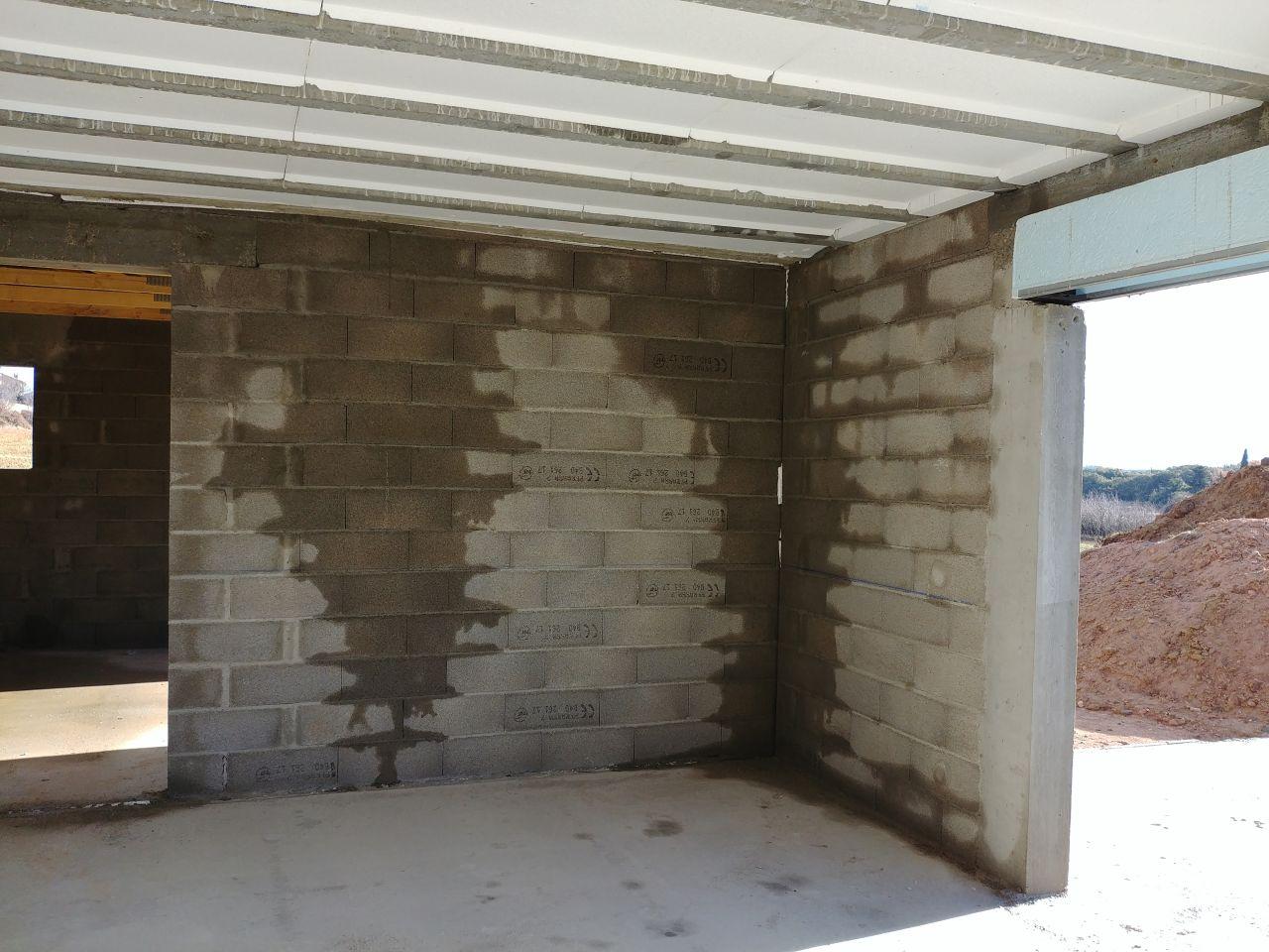 Infiltrations dans les murs, l'enduit n'étant pas encore réalisé