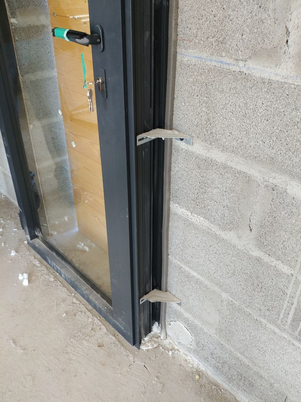 fenêtre ALU. Joint inutile car placé à côté de la menuiserie ?!?