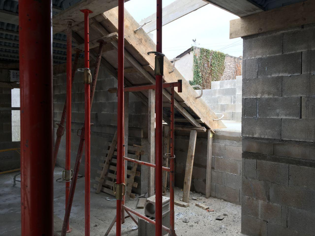 Coulage de l'escalier montant du rez-de-chaussée à l'étage