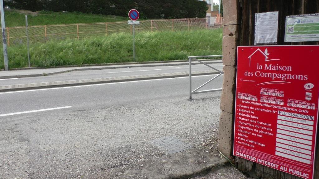Je sors de chez moi, je dois choisir, la barrière ou la bordure centrale?. <br /> Je man?uvre au milieu du boulevard.