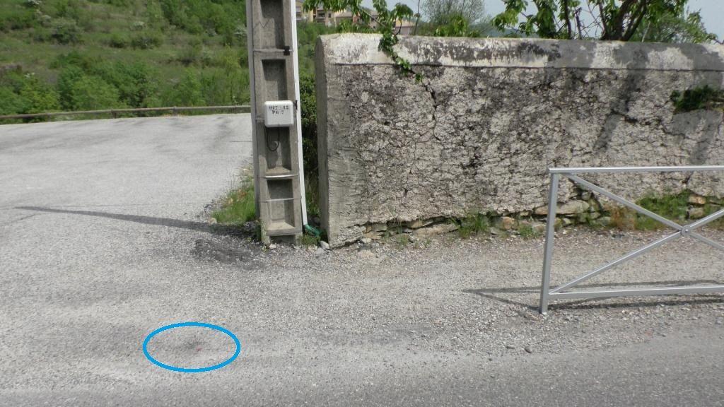 La même erreur avait été commise à l?entrée du parking. <br /> Le rond bleu indique le pied d?un panneau du garde corps qui a été enlevé.