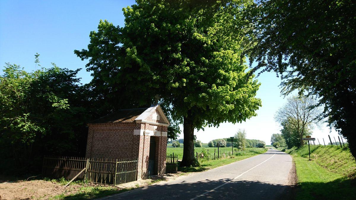 Petite vue de la chapelle à côté du terrain à la sortie du village.