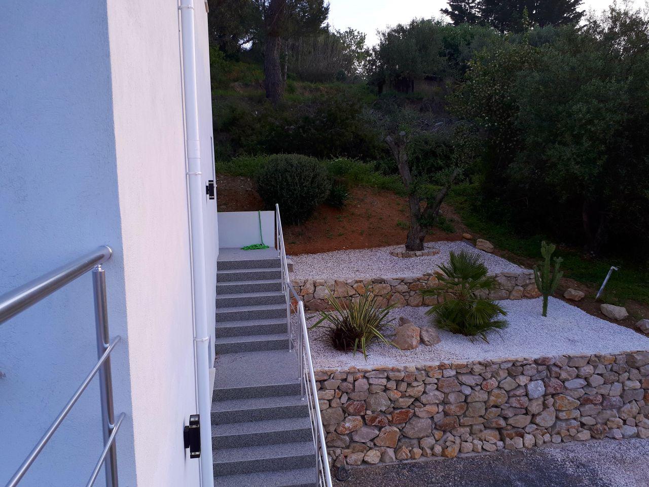 Nous avons terminé les plantations au niveau de l'enrochement côté accès porte d'entrée et garage. On a choisi de mettre du gravier blanc, dans lequel nous avons intégré des spots au niveau de chaque plante. Toujours pas de budget pour les clôtures ........