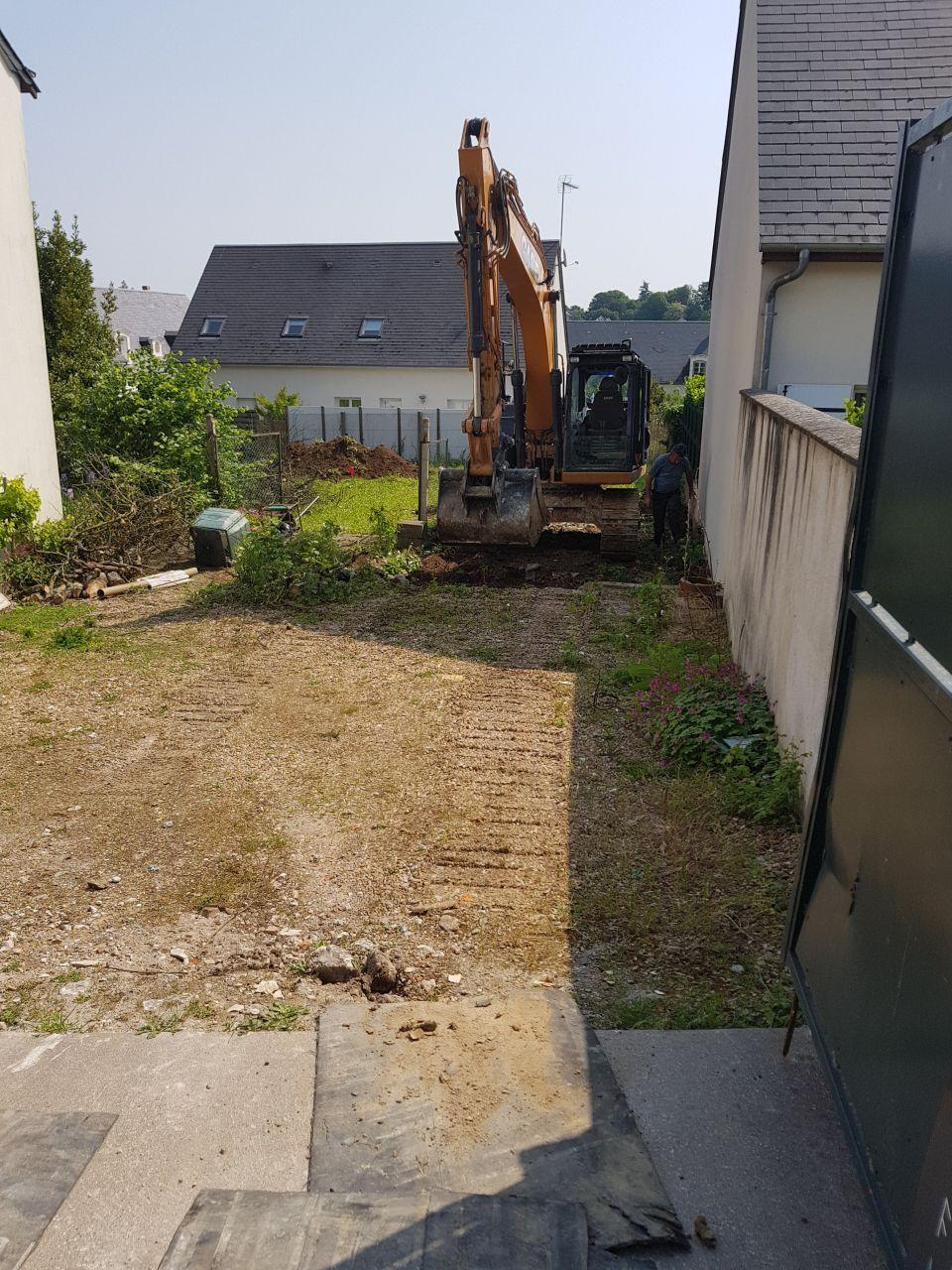 Debut du terrassement : décapage du chemin d'accès