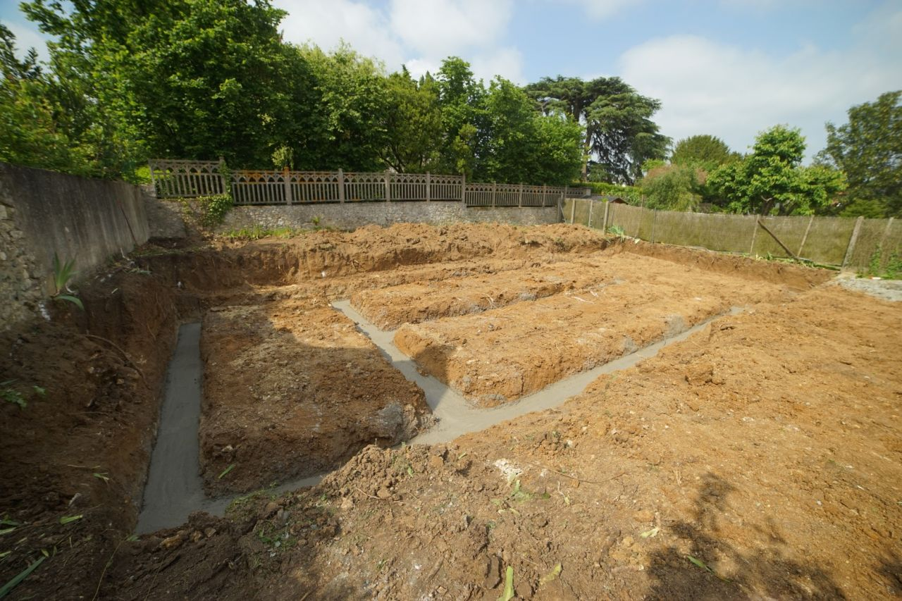 Gros béton coulé dans les fouilles