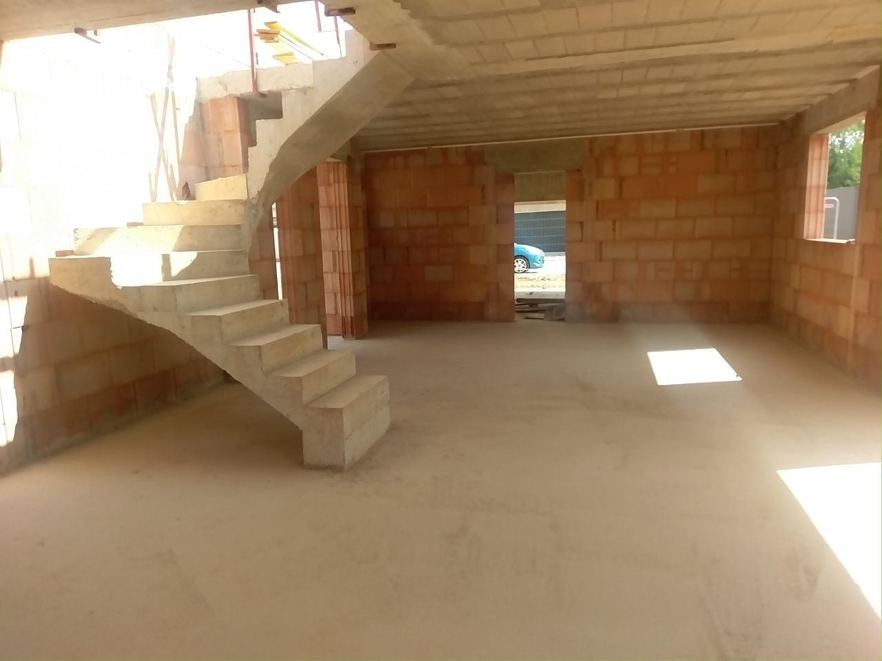 Rez de chaussée, vue cuisine, entrée et cellier