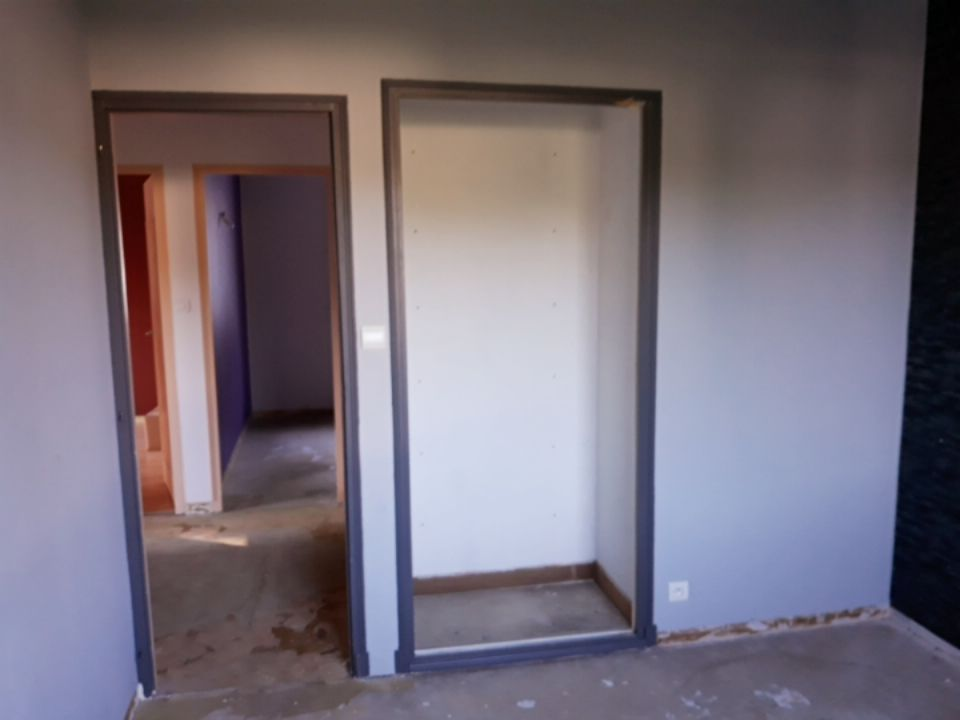 mur de séparation chambre/couloir : on casse pour agrandir : la partie de droite et de gauche iront jusqu'au niveau du fond du placard. <br /> 2 chambres identiques: l'autre est dans le fond de la photo (même démolition pour la 2e). entre les 2 chambres, il y a le couloir.