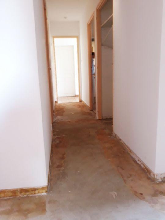vu du couloir (entre les 2 chambres). On voit sur la droite un placard qui donne sur le couloir et qui sera intégrer à la chambre. On change aussi l'emplacement de la porte de la chambre. (idem de l'autre coté pour l'autre chambre).