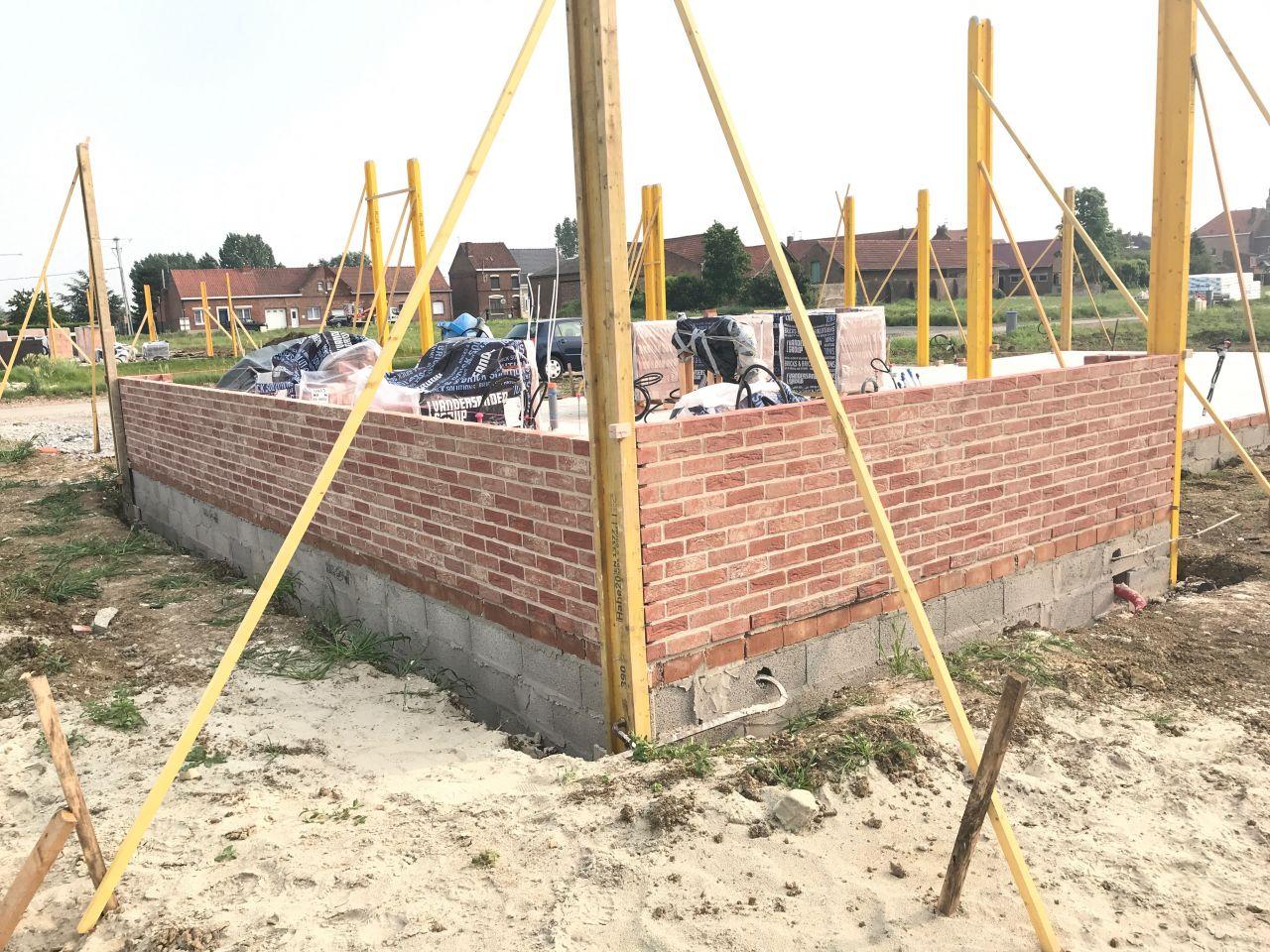 Elévation des murs en brique Vandersanden Cayenne joint blanc.