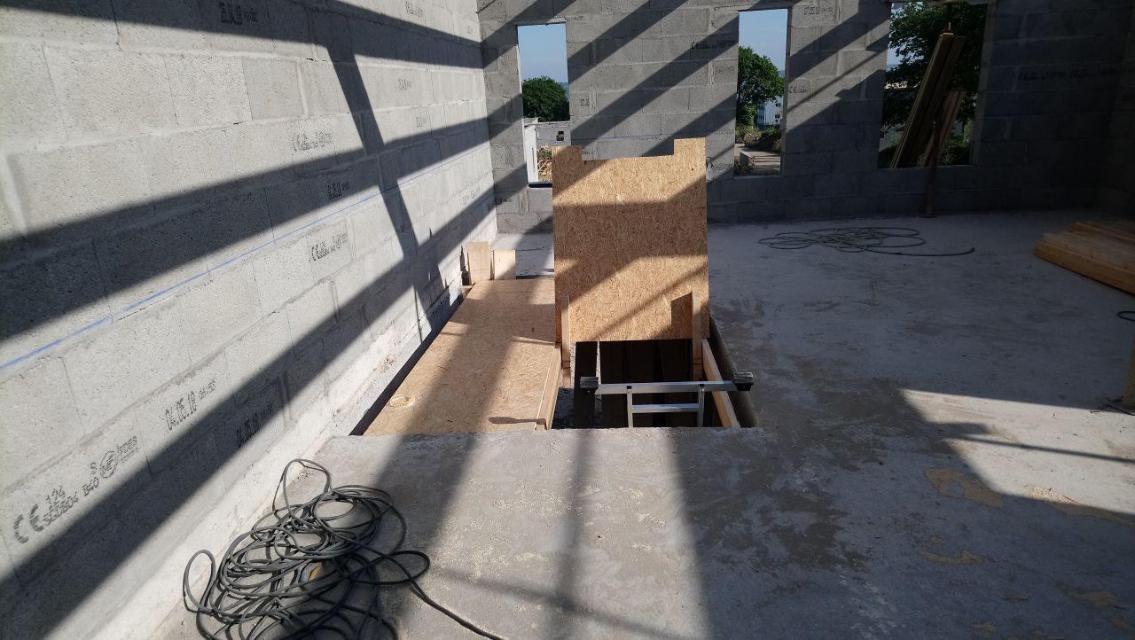 trappe d'accès à l'étage (pour éviter de se retrouver au rez-de-chaussée les quatre fers en l'air)