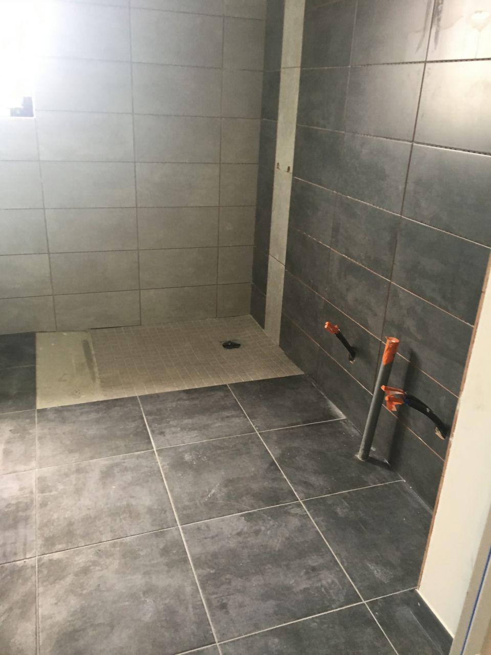Salle d?eau avec douche italienne à terminer