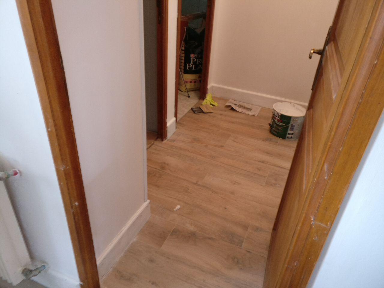 couloir repeint avec les pleintes et le carrelage au sol, c'est mieux