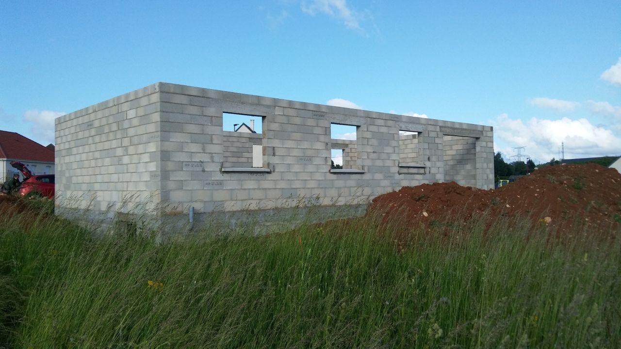 élévation des murs terminée (côté jardin)
