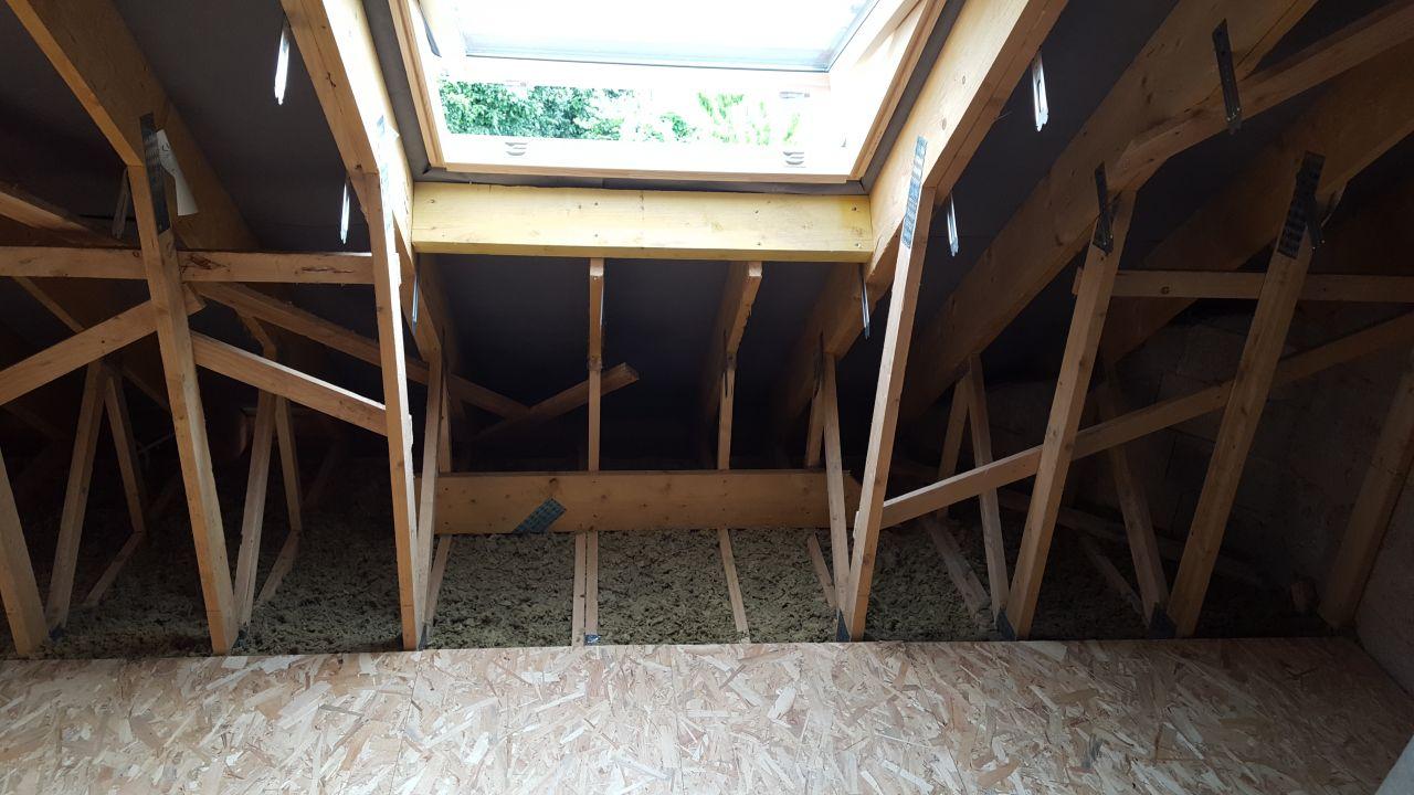 Pose petite partie de planché sous fenêtre de toit