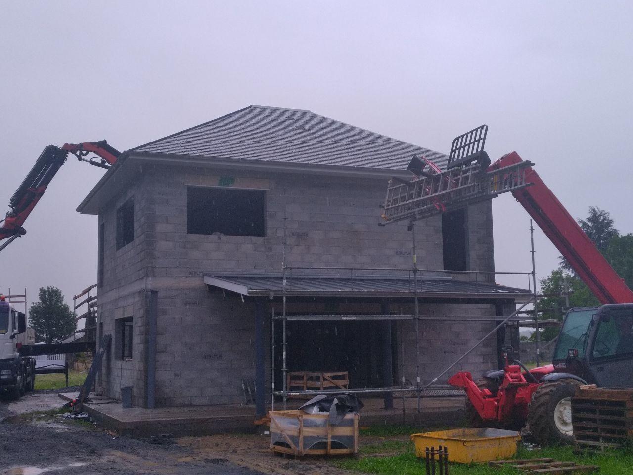 Couverture ardoise et zinc pour la partie terrasse.