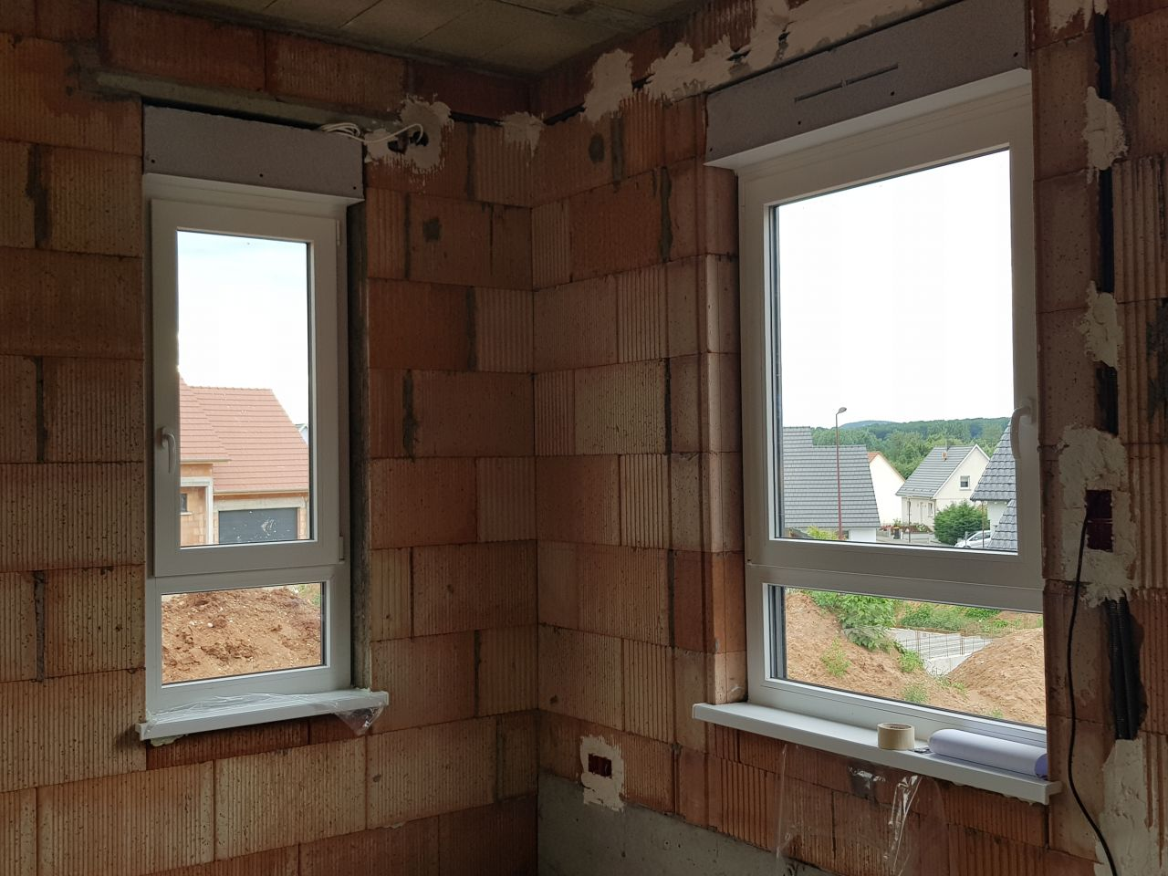 Fenêtres salon et début d'escalier vers étage