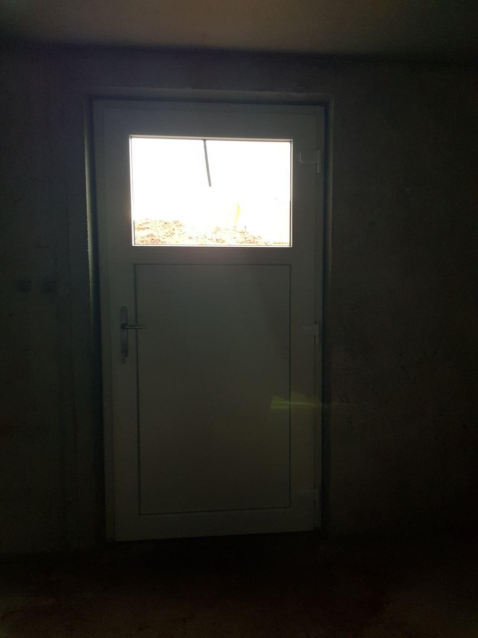 Porte de service vue intérieur, grise à l'extérieur