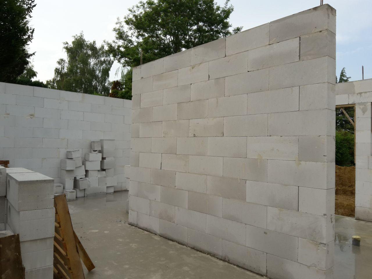 Achèvement de l'élévation des murs du rez-de-chaussée.