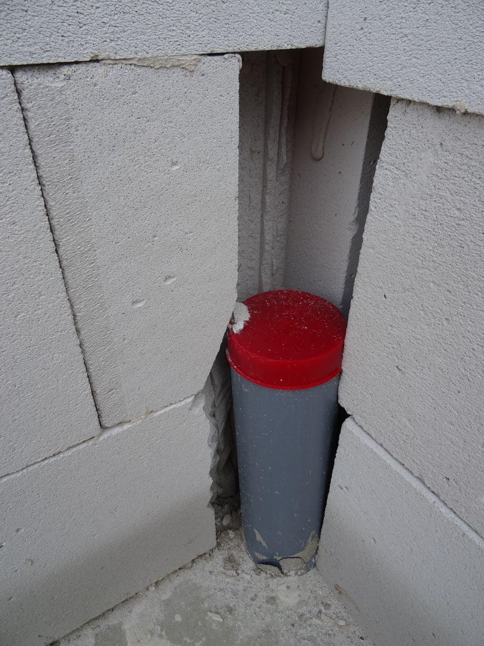 Briques massacrées cette fois le tuyau est bien encastré dans le mur, pas le choix, mais pourquoi si haut ? (les briques à droite ne font pas partie du mur)