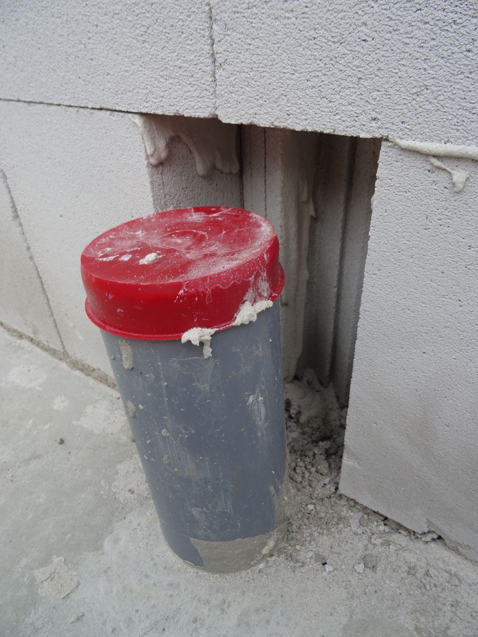 Brique massacrée on ne sait pas vraiment pourquoi car à cet endroit au final le tuyau est à ras du mur...