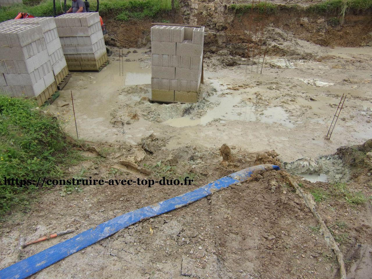 Pompage de l'eau . fondations noyées sous 40cm d'eau depuis 6 mois