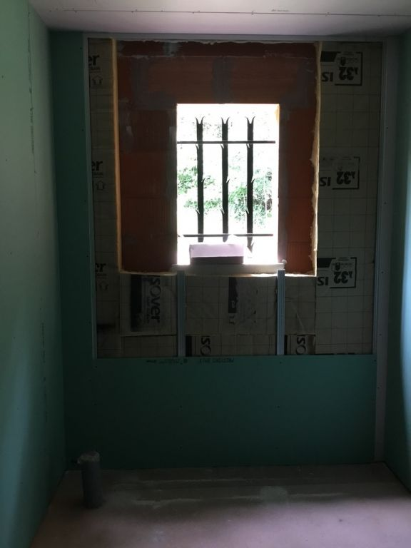 Il manque la fenêtre de la salle de bains.