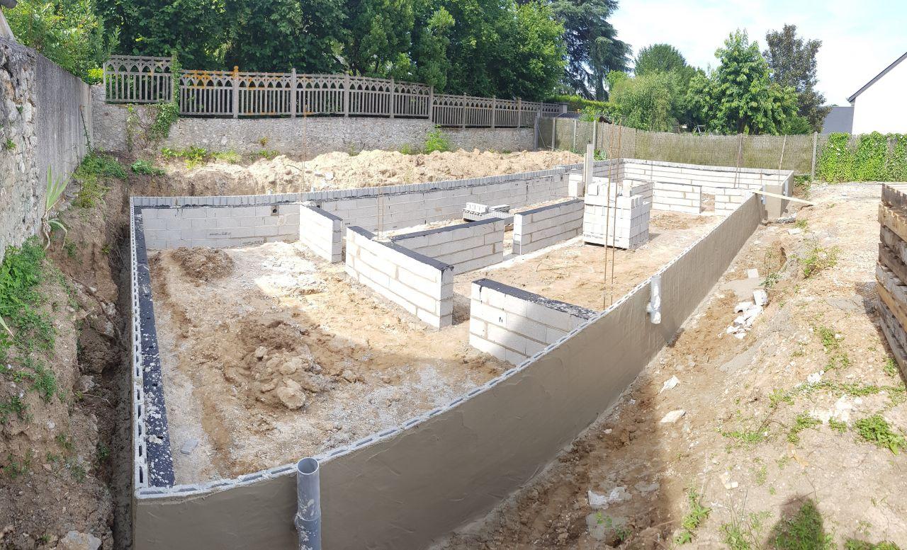Vide sanitaire terminé, avec enduit hydrofuge et arase étanche. En attente du plancher pour couler la dalle.