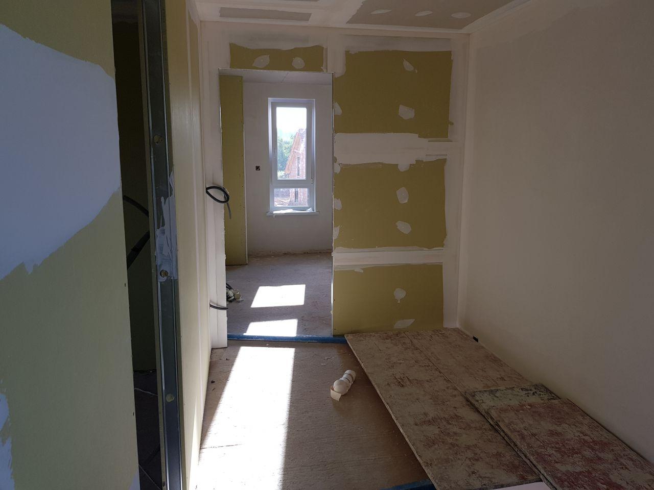 Le couloir à l'étage vu vers le dressing de la chambre parentale