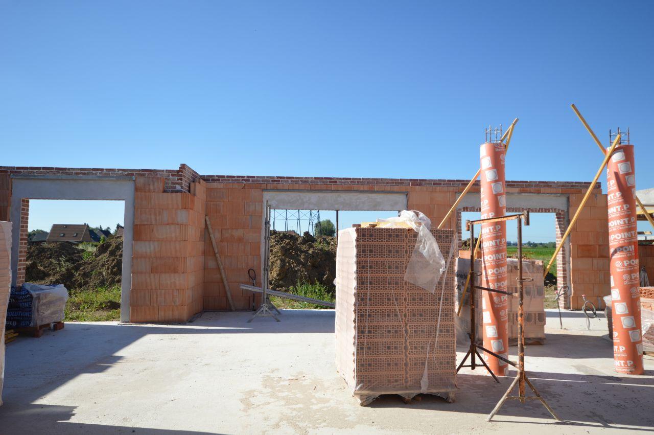 Contours de fenêtres maçonnés, colonnes porteuses coulées.