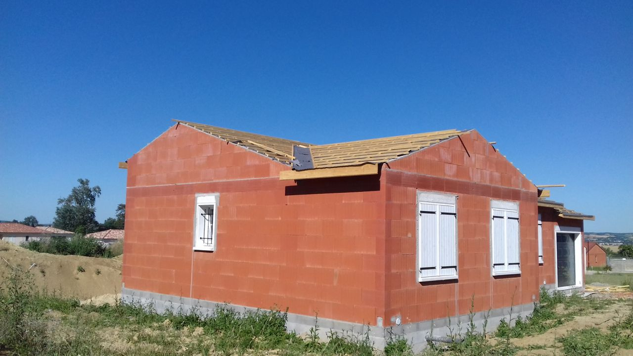 Suite pose de la charpente et écran sous toiture - face maison