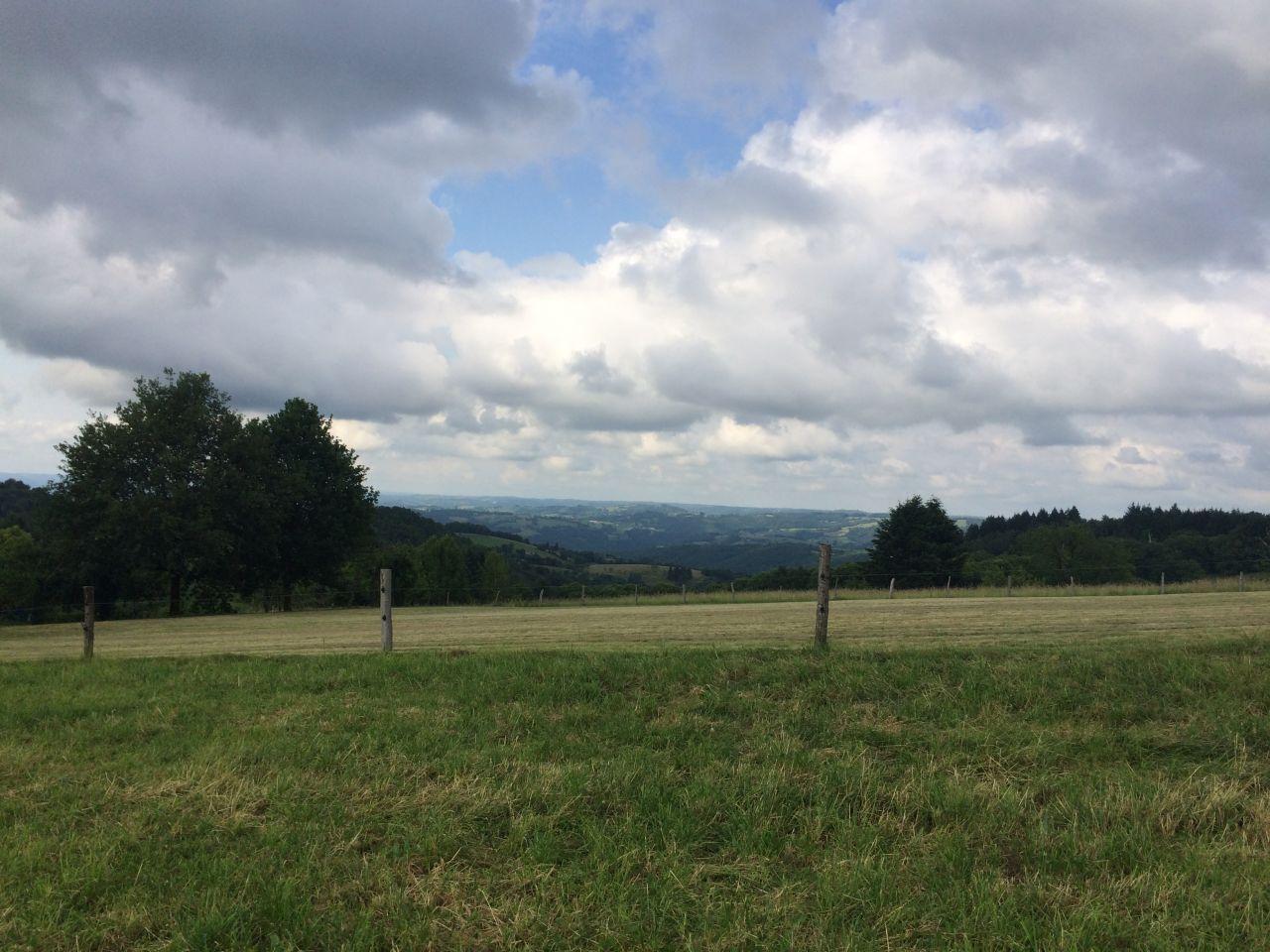 Vue au nord-ouest, vers la vallée de la Dordogne