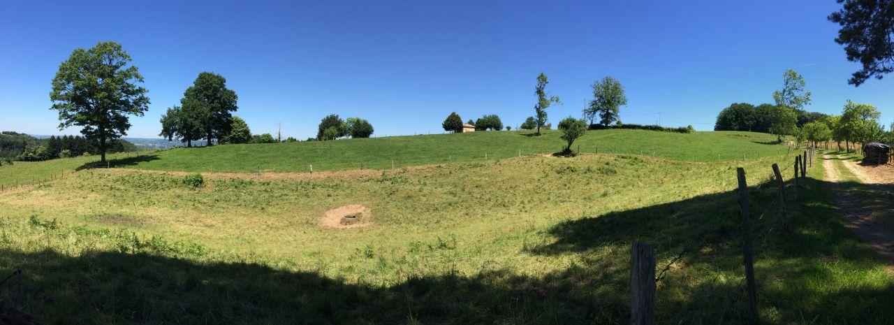 Vue générale panoramique du terrain, façade sud et aperçu de la pente est-ouest