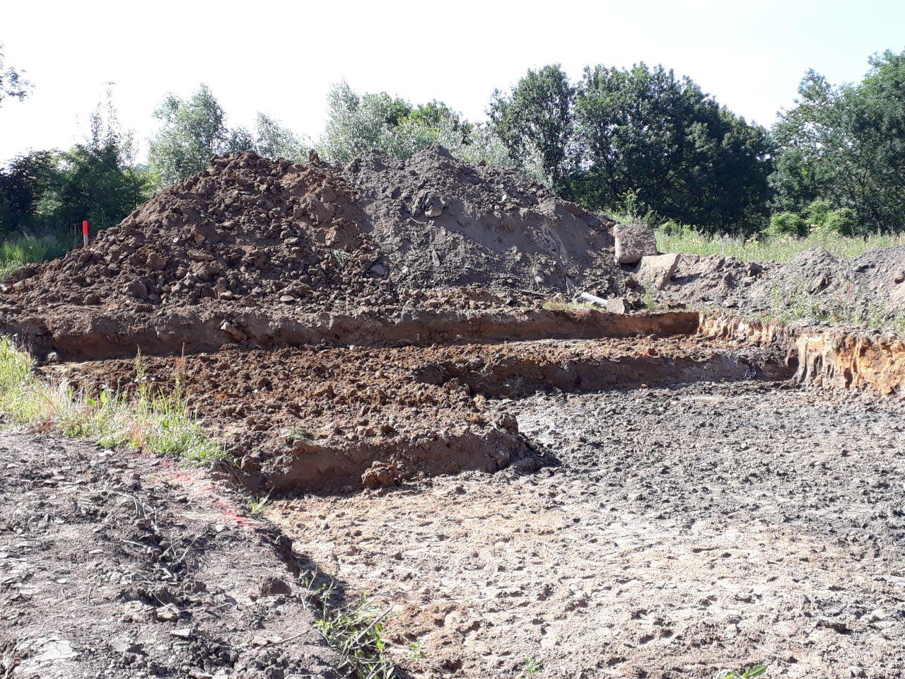 Terrassement et stockage de la terre pour futur remblais
