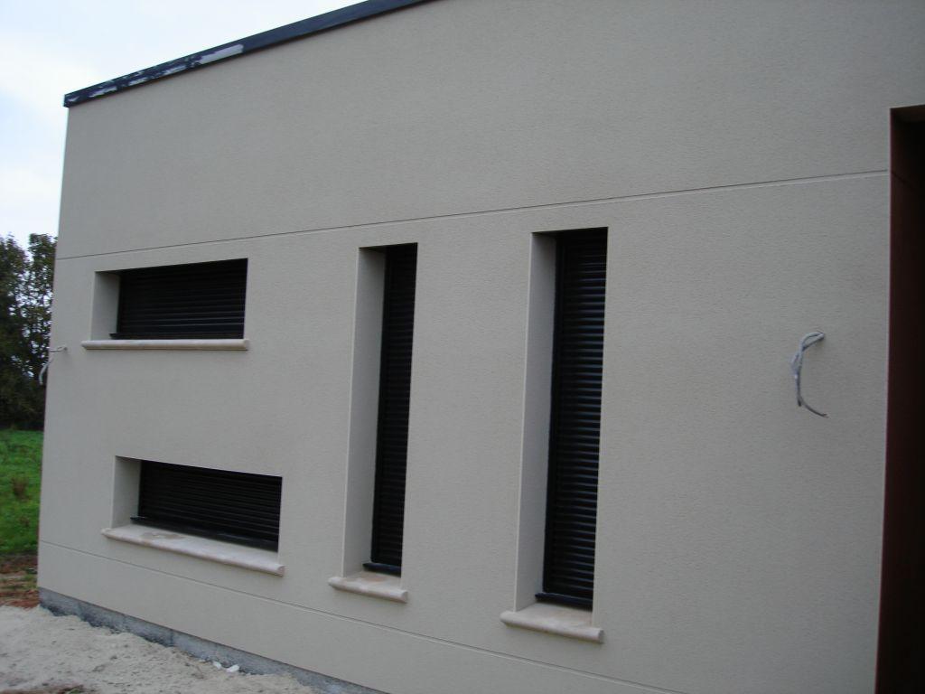 Maison contemporaine avec acrot re et patio int rieur for Fenetre maison