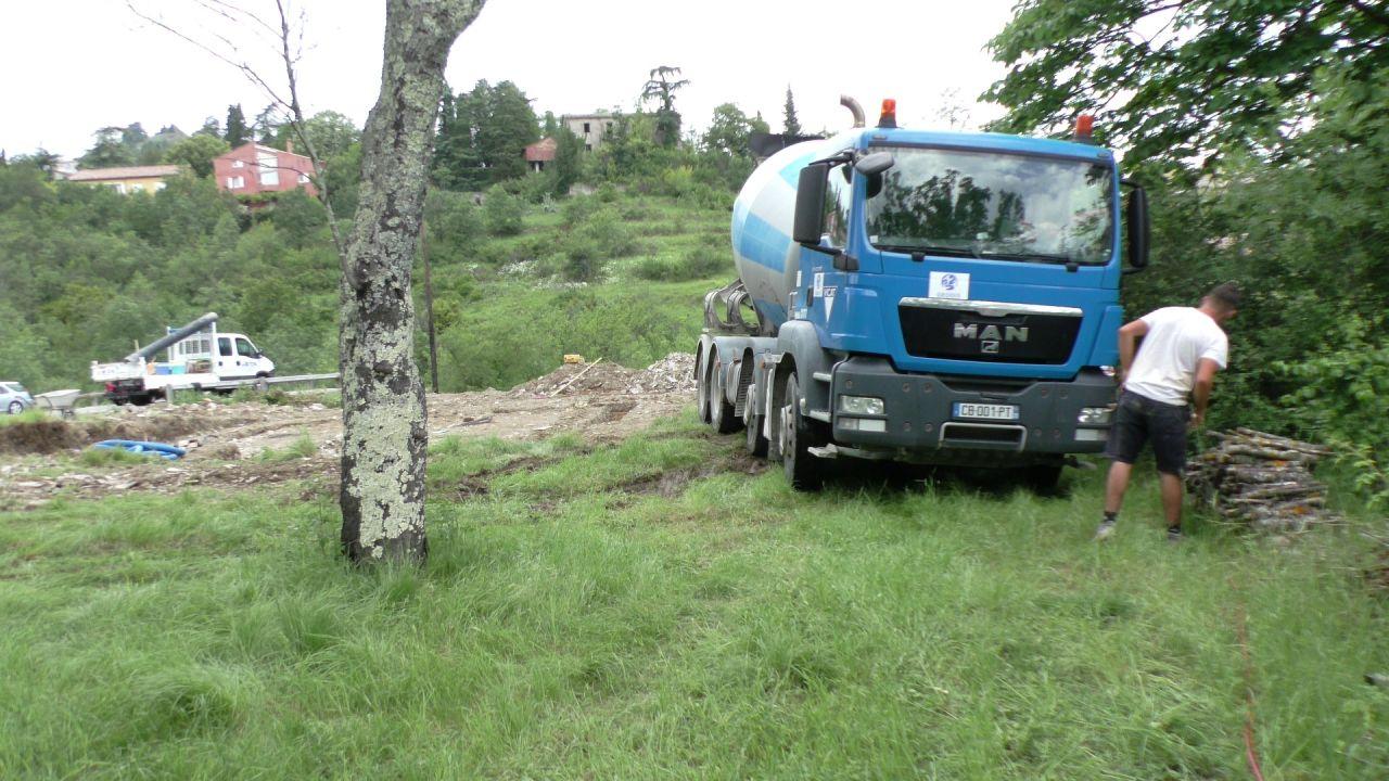 La toupie peut se déplacer autour de la maison. Le terrain est compact <br /> J'avais élagué les arbres trop bas.