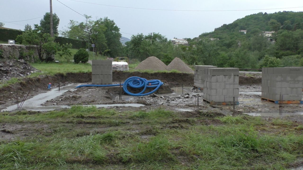 La pluie est arrivée, la livraison du sable a eu du retard, les maçons sont partis sur un autre chantier.