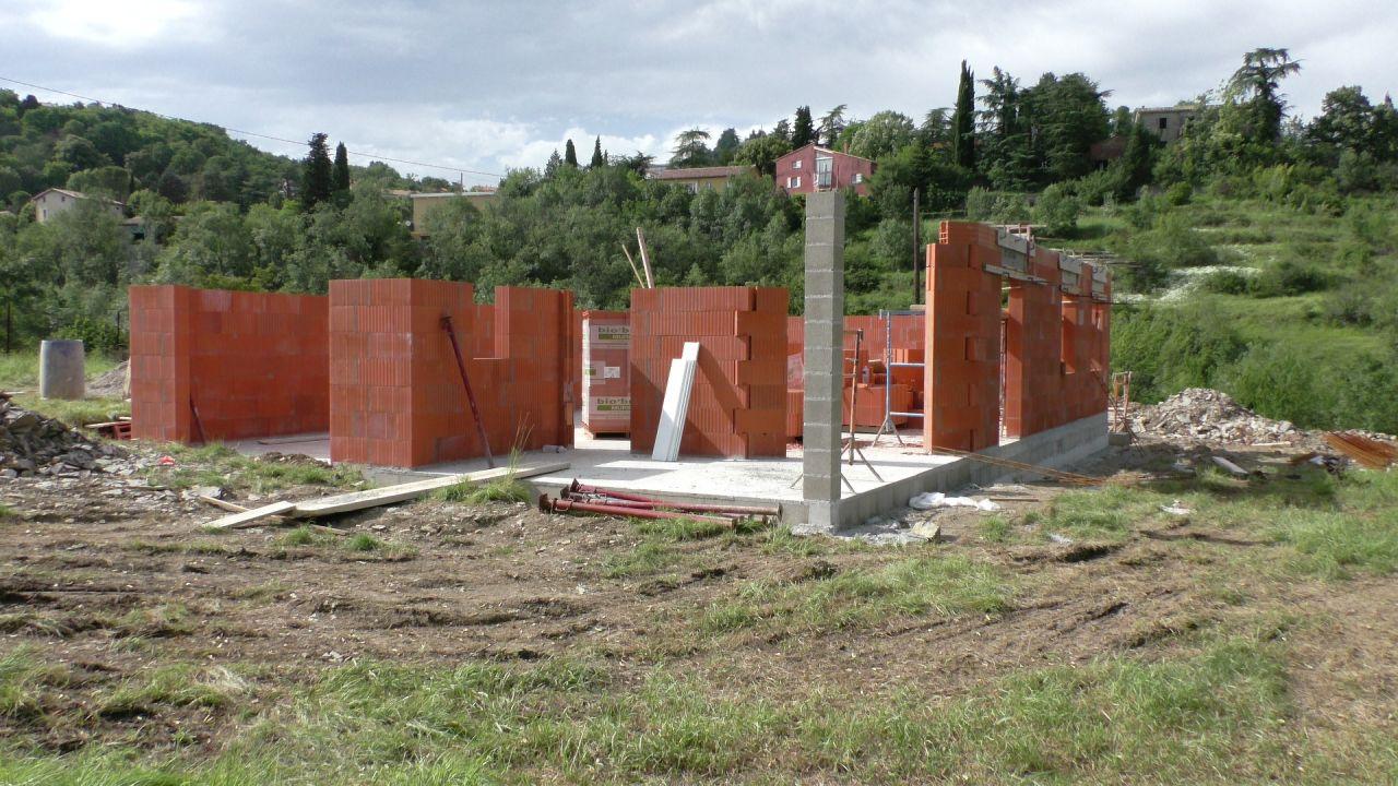 Le vide sanitaire est terminé, plus de 7 rangs de brique sont posés.