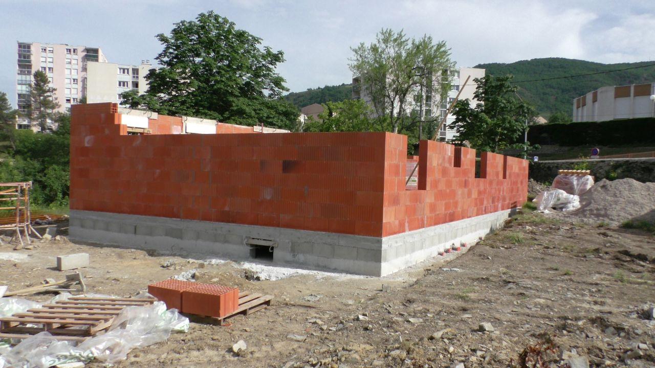 Le vide sanitaire est terminé, plus de 7 rangs de brique sont posés. <br /> Un alignement impeccable, une horizontalité sans défaut. <br /> Remarquable.