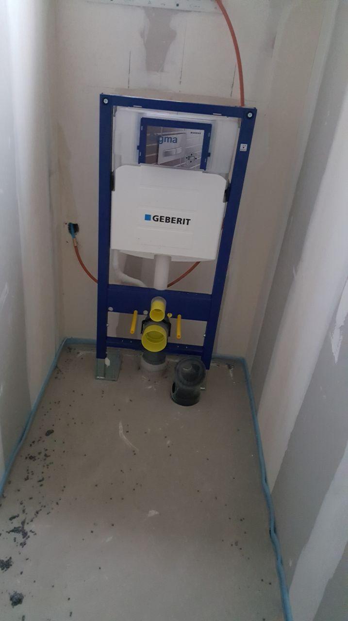 Pose du mécanisme pour les toilettes suspendu