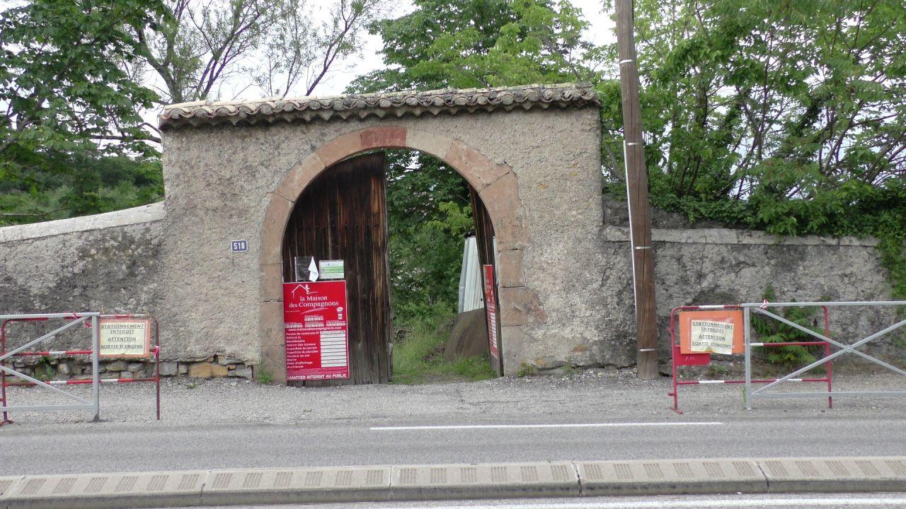 L'accès ne se fait pas par le porche, l'entrée est déjà difficile pour une berline.