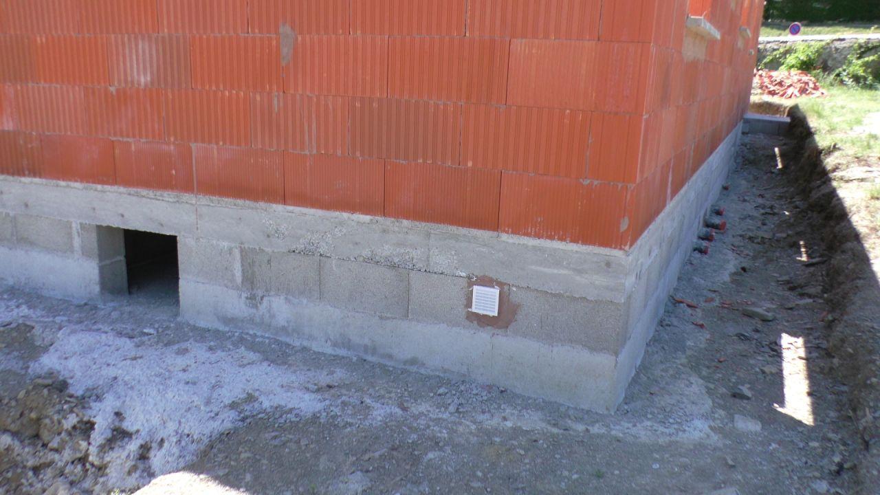 Les réservations vers les eaux usées coté Ouest. <br /> L'accès Vide Sanitaire. <br /> Une aération.