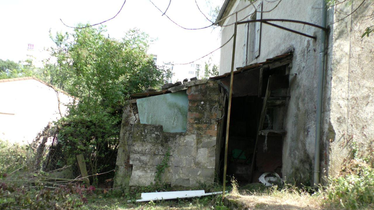Le défrichage est en cours. <br /> De vieilles constructions réapparaissent.