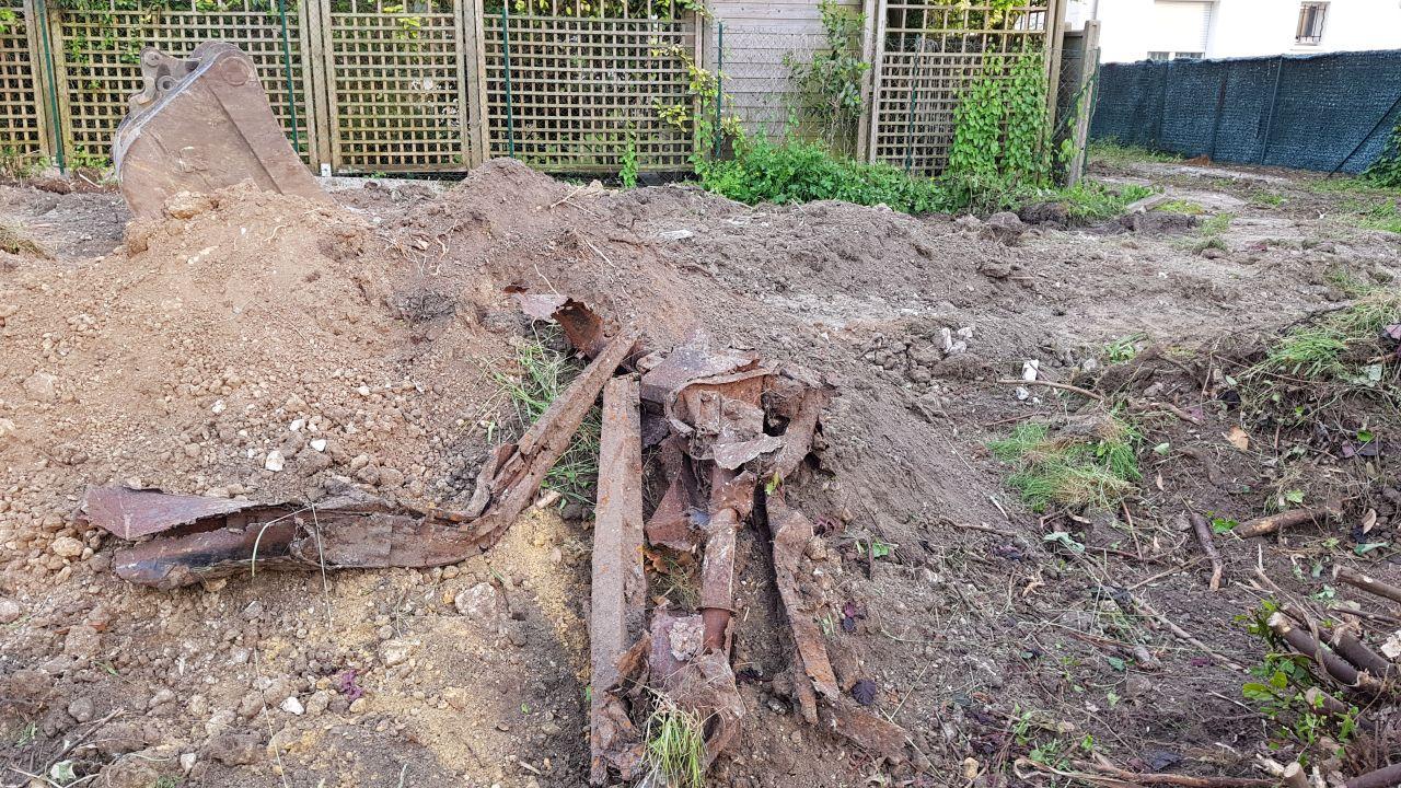 les surprises que l'on trouve quand on creuse sur un terrain. Le terrassier a carrément trouvé deux moteurs de voitures et une partie de la carrosserie...