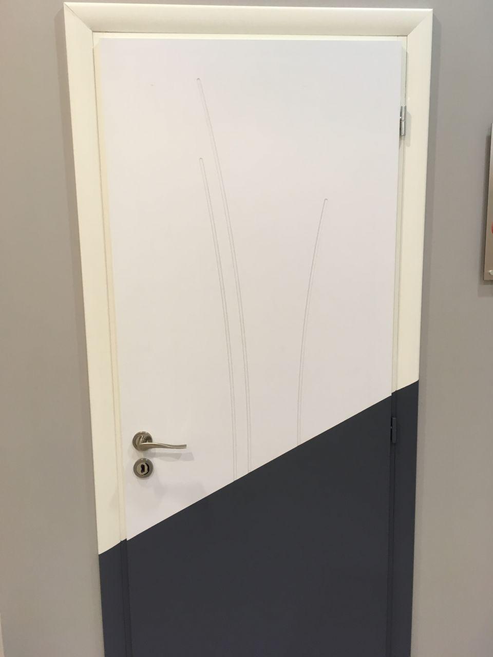 Encadrement de portes intétieures, que je trouve ULTRA moches.On a beau me dire que c'est la couleur qui pose souci, je crois surtout que c'est moche-moche.